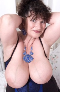 KimsAmateurs - The original mature swinging Essex housewife. Kims 40GG curves are guaranteed to drive you wild.